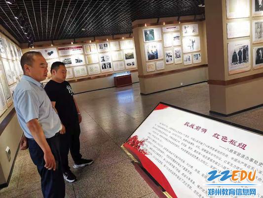 参观八路军驻洛办事处纪念馆