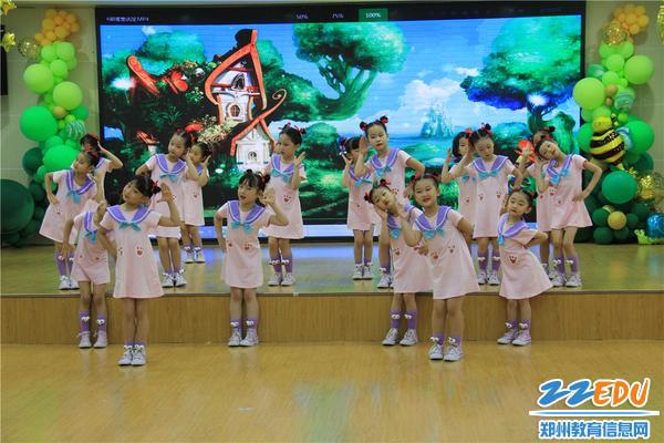 2精彩的节目展示着孩子的成长与进步