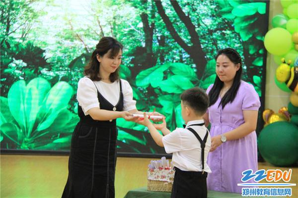 3班主任向小朋友颁发毕业证书