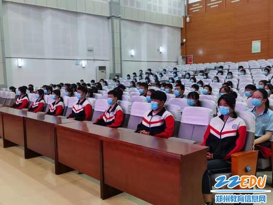 学生代表集体收看直播