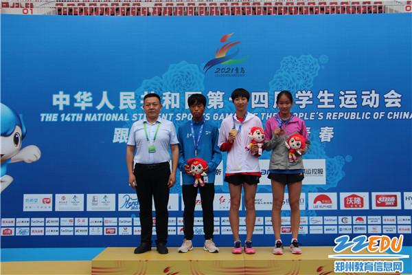 4郑州11中冉灵灵同学(右二)夺得女子800米冠军