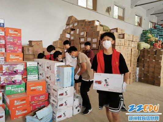 学生志愿者在劳动中