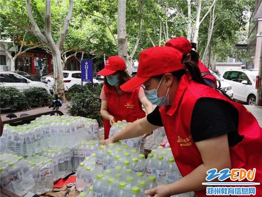 1志愿者帮助装卸救灾物资
