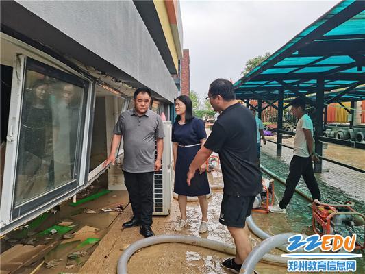 郑州高新区社会事业局党委书记、局长田鸿鹏到创新大道小学查看受灾情况