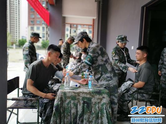 郑州联勤保障中心官兵在郑东新区永昌小学进行餐前就医