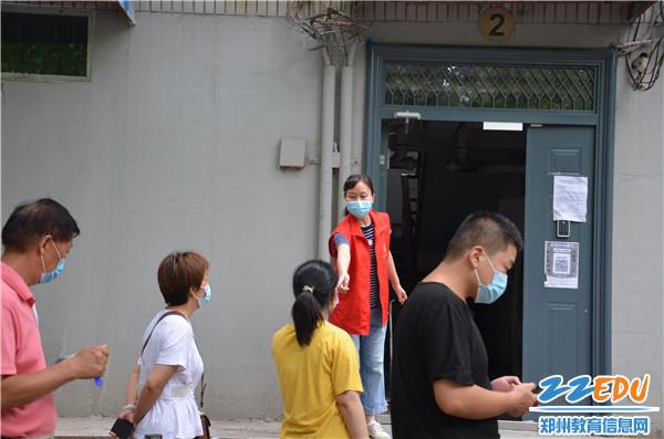 《【摩臣平台怎么注册】党旗下那火热的志愿红!郑州市第十六高级中学全力支持第三轮核酸检测》