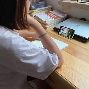 6.李钟仪老师做课堂笔记并发言