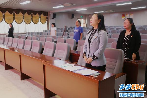 2参加的领导和老师齐唱国歌