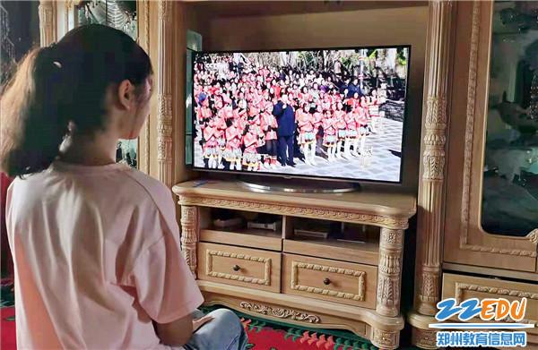 """《【摩臣登陆注册】郑州11中新疆高中班""""云端""""课堂画好民族团结同心圆》"""