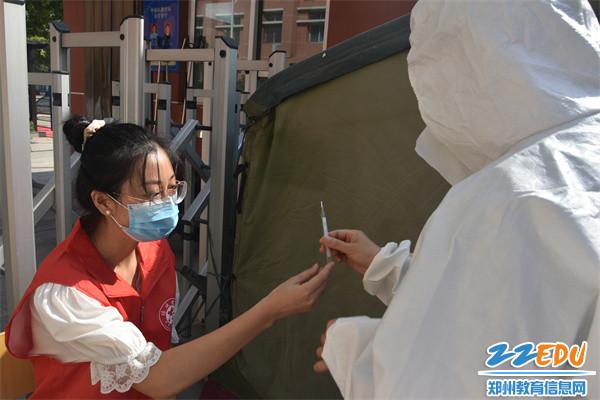 校医在隔离帐篷对学生进行二次检测
