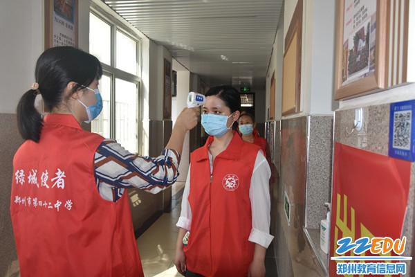 班主任对学生进行入班体温检测