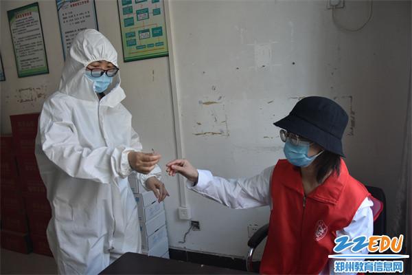 校医对发烧学生进行检测