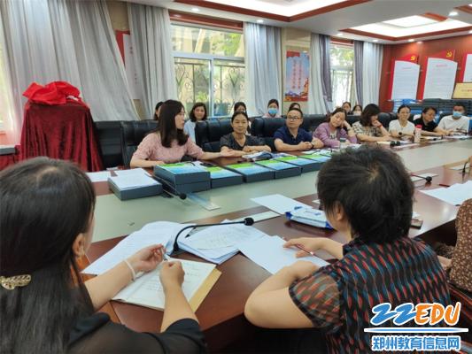 4副园长张雪(左一)分享幼儿园家长工作策略