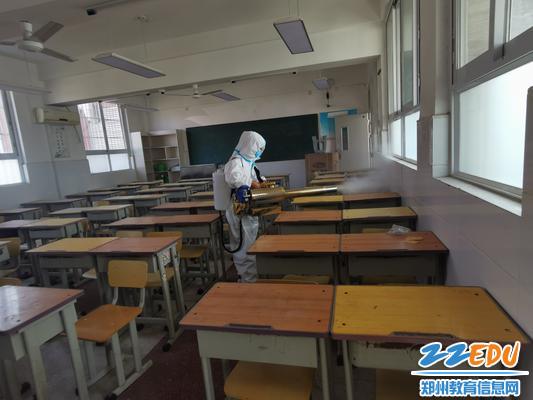 神鹰救援队为教室消毒