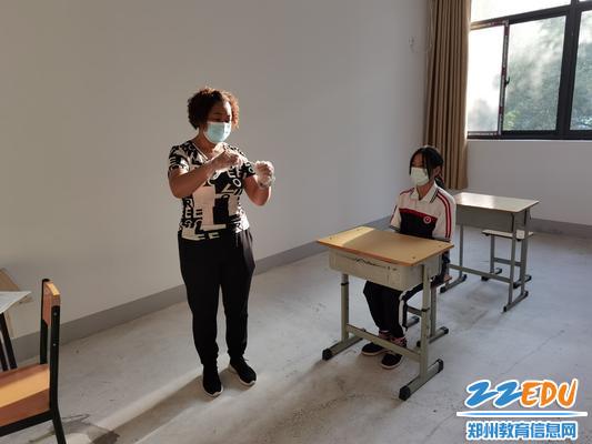 模拟发热学生进行体温监测