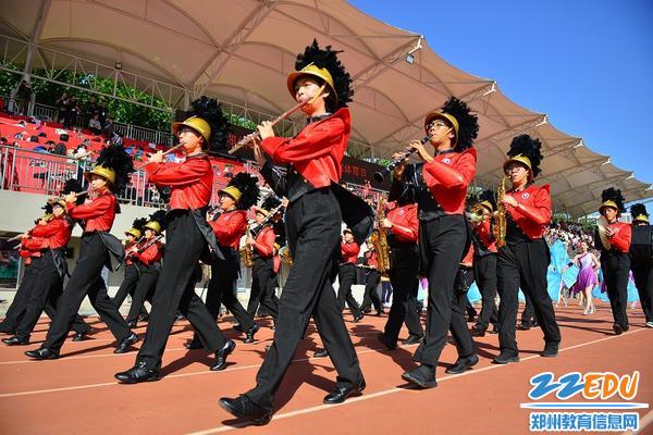管乐团演奏歌唱祖国