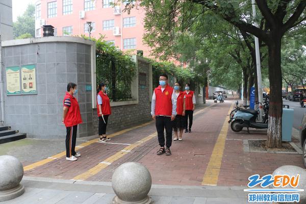 4学生按照校门口地面距离标志间隔1米列队