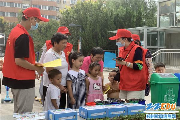 """为社区居民和孩子们设立了""""环保小卫士""""教育指导点"""