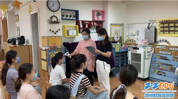7班级教师每日三次为幼儿测量体温并记录