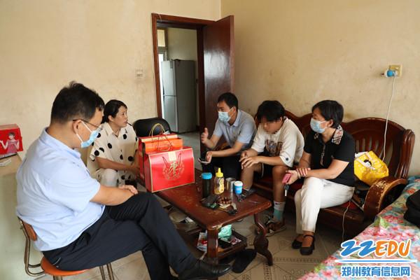 郑州市第三十一高级中学校长贾惠芬等领导到学生家中慰问