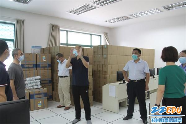 3督导组实地察看学校物资储备室