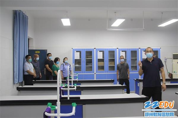 6督导组实地察看学校实验室