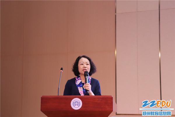 郑州高新区外国语小学校长刘娜作题为《平凡教育,出彩人生》的报告