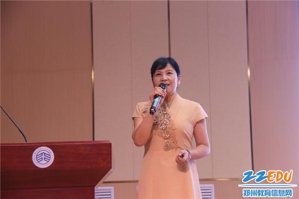 郑州中学教师吴红霞作题为《温柔以待,心灵花开》的报告