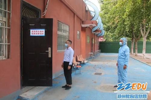 应急处置组将发热人员带至临时隔离室