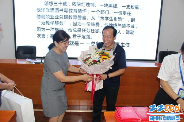 校长段亚萍为30年教龄老师送祝福