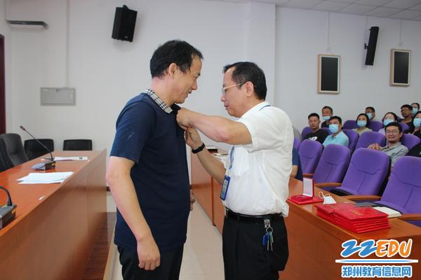 党委书记魏勇为30年教龄老师颁发奖章