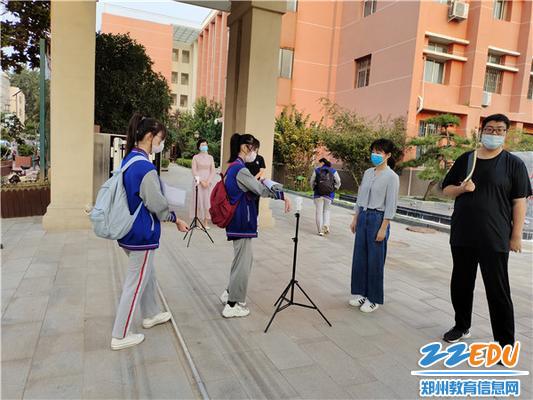 1 msports世界杯app初三各班学生间隔一米有序排队入校