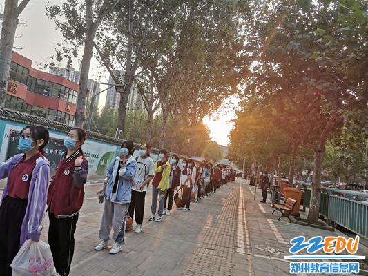 学生有序排队等待入校