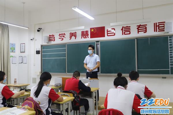 班主任为学生普及复学疫情防控流程