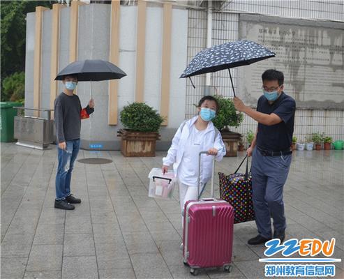 高一班主任吉奇峰老师的呵护从校第一步就开始了