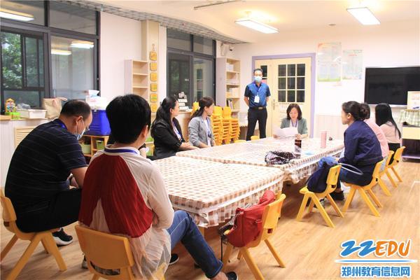 2在巡视员监督下市实验幼儿园党总支书记张莉对考官进行培训