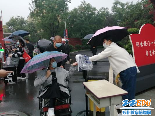 教师志愿者帮特殊学生进行手消
