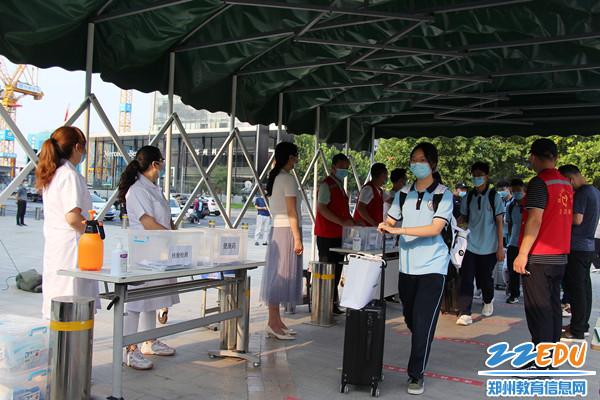 1郑州11中组织学生分批错时返校,开启新学期。