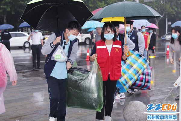 5 帮助学生搬运行李