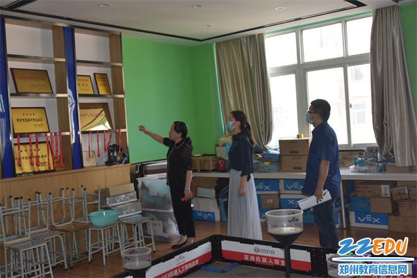 5检查组参观机器人教室