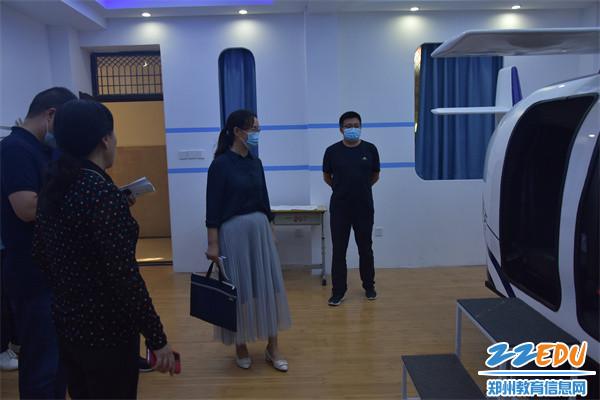 9.检查组参观航模教室