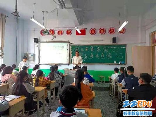 登封市白坪初中班主任对学生进行返校教育