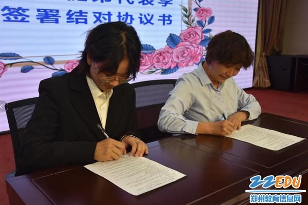 2 师徒签下结对协议书,承载沉甸甸的责任和希望