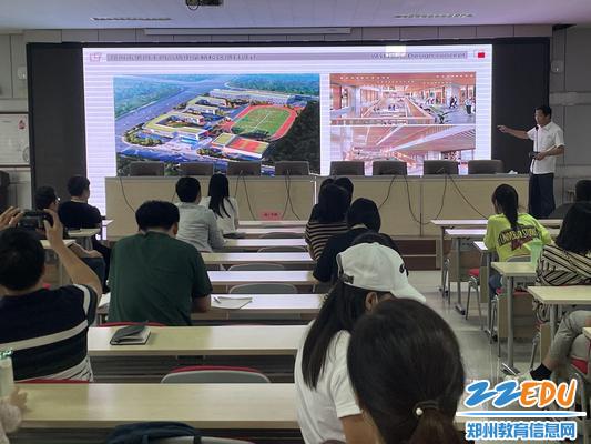 全体教职工意见征集会上张松晨校长介绍项目进程