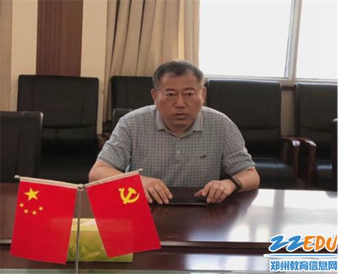 2校党委书记、校长李京辉对李富森老师提出期望