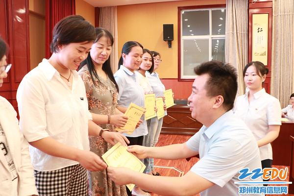 5 学校领导为获得师德标兵、优秀班主任等荣誉的教师代表颁奖