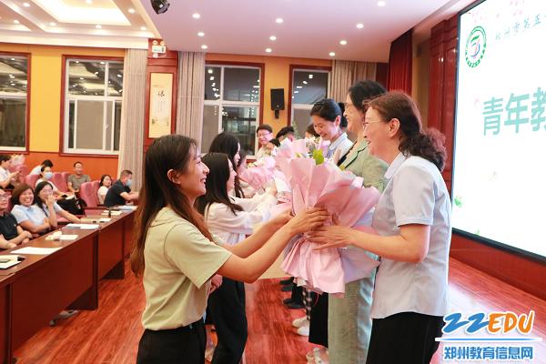 9 青年教师向指导教师献花致谢