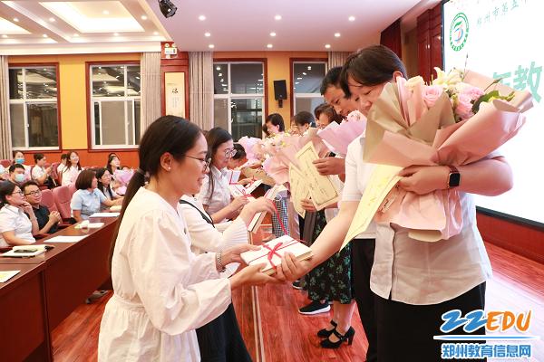 10 指导教师向青年教师回赠书籍