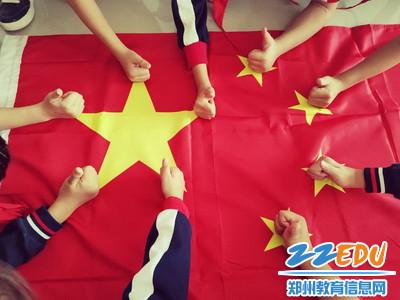 """4.石桥小学开展""""我和国旗合个影""""活动_调整大小"""