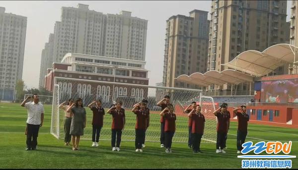 段亚萍、魏勇和同学们进行国旗下宣誓